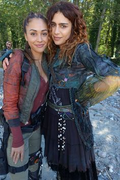 favs love them working together! The 100 Luna, The 100 Raven, The 100 Cast, The 100 Show, It Cast, Nadia Hilker, The 100 Serie, Lgbt, Lindsey Morgan