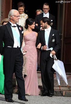 Le roi Carl XVI Gustaf, le prince Carl Philip de Suède et Sofia Hellqvist - Mariage de Gustaf Magnuson (fils de la soeur du roi Carl XVI Gustaf de Suède) et Vicky Andren au château d'Ulriksdals à Stockholm, le 31 août 2013.