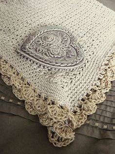 chapeau-chinois' Fanée blanket. The pattern is the Tiramisu Baby Blanket by Alicia Paulson. Love the added heart.