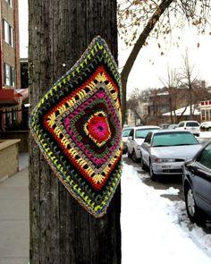 Not free pattern, pinning cause I like it :) Yarn Bombing ❥ // hf Textiles, Yarn Bombing, Guerrilla, Land Art, Urban Art, Knitting Yarn, Rue, Crocheting, Diy And Crafts
