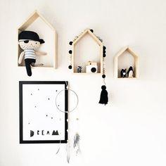 Personalisiertes Regal-Set in Hausform aus Holz. Perfekt fürs Kinderzimmer. Zu finden auf Etsy.