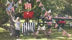 Niños pirata celebrando una fiesta con la mesa de picnic infantil RESÖ
