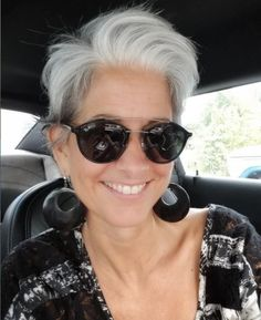 60 Women ditched dying their gray hair, and it looks so good you may be convinced to try it Short White Hair, Edgy Short Hair, Grey Curly Hair, Short Grey Hair, Short Hair Cuts, Thick Hair, Grey Hair Styles For Women, Medium Hair Styles, Curly Hair Styles