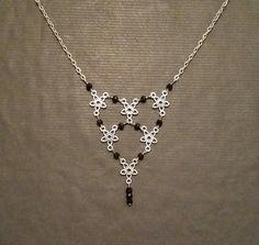 Collier Métal argenté motif Fleur Perles noires