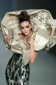 古墓派第四代傳人 ~ 「購物狂」: Guo Pei's Haute Couture