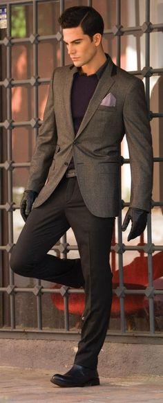 Acheter la tenue sur Lookastic:  https://lookastic.fr/mode-homme/tenues/blazer-pull-a-col-rond--pantalon-de-costume-bottines-chelsea--gants/4026  — Chemise à manches longues noir  — Pochette de costume violet clair  — Pull à col rond violet  — Blazer en laine brun foncé  — Gants en cuir noir  — Pantalon de costume brun foncé  — Bottines chelsea en cuir noir