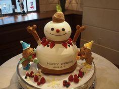 雪だるまケーキ。ワンちゃんがペタペタと雪だるまを作っている様子です。