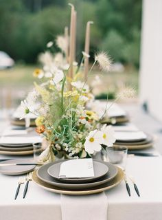 La Tavola Fine Linen Rental: Tuscany Natural with Tuscany Natural Napkins | Photography: Carlie Statsky, Planning & Design: E Events Co, Florals: Seascape Flowers, Paper Goods: Bourne Paper Co, Rentals: Revival Rentals and Theoni Collection