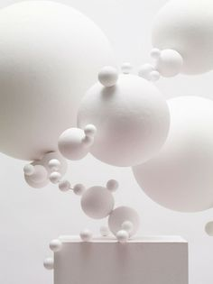 White art installation that was an inspiration for one of my designs when I first began thinking of suspended displays. Tara Donovan, Arte Yin Yang, Instalation Art, Modernisme, Art Abstrait, Shades Of White, White Art, Sculpture Art, Contemporary Art