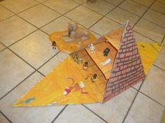 une pyramide en carton