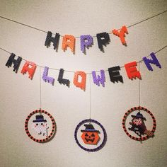 いいね!97件、コメント7件 ― Ringoさん(@ringo_0122)のInstagramアカウント: 「【HAPPY】の文字を追加しました(●´艸`●) このとろけ文字、去年作った時はもちろん自分だけだったのですが、今年はあちこちで見かけて驚いています😊…」 Diy Perler Beads, Perler Bead Art, Loom Beading, Beading Patterns, Hama Beads Halloween, Bead Crafts, Diy And Crafts, Perler Bead Disney, Motifs Perler