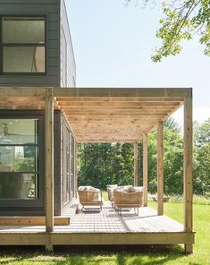 This Modern New York Country House Is The Perfect Cozy Escape – Award-winning film editor and producer Sloane Klevin retreats from her shoe-box size rental in Bro – # copie Pergola Patio Pergola Patio Patio Patio attached to house Patio covered … Diy Pergola, Wooden Pergola, Pergola Plans, Gazebo, Metal Pergola, Pergola Ideas, Metal Roof, Cheap Pergola, Covered Pergola Patio