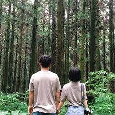 Hike pals that don't seriously hike. Just walking in the woods bro Matching Couples, Cute Couples, Couple Photography, Photography Poses, Korean Couple, Ulzzang Couple, Avatar Couple, Fashion Couple, Couple Outfits