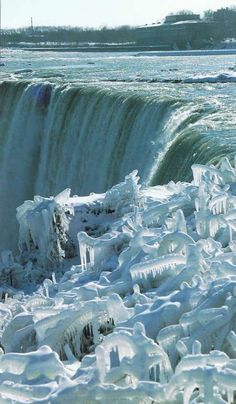 this is what Niagara Falls looked like when I was there. I'd like to go back when it is defrosted. Niagara Falls Winter, Niagara Falls Frozen, Winter Szenen, Winter Magic, Nature Images, Nature Photos, Vacations To Go, Meteorology, Winter Photos