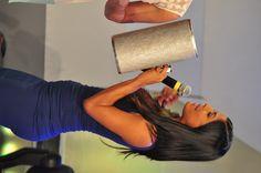 Lizbeth Santos intenta tocar la guira en Divertido con Jochy.