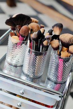 Olá amores, quem não gosta de ver suas maquiagens super organizadas e arrumadas? Eu amo e sem contar que ajuda muito na hora da pressa, você sabe onde esta cada coisa, e isso ajuda muito !!!!