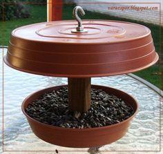 Bird Feeder Plans, Bird House Feeder, Hanging Bird Feeders, Diy Bird Feeder, Squirrel Feeder Diy, Diy Garden Projects, Garden Crafts, Bird Feeders For Kids To Make, Bird Tables