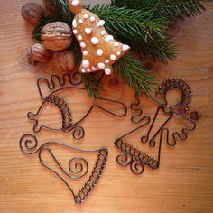 sada vánočních ozdob Vánoční ozdoby z černého žíhaného drátu, zdobené zlatými korálky.