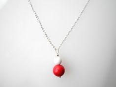 Kette schlicht zart kurz aus Silber mit roter Kugel aus Koralle und weißer Cacholong Kugel.