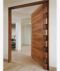 Porta pivotante em madeira rústica