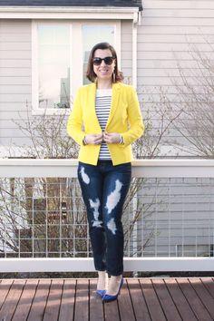 Look adulto, porém jovial, misturando listras com blazer de cor vibrante com calça jeans destroyed e scarpin de verniz
