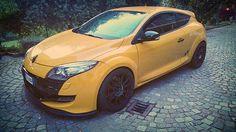 Yellow Renault #evocorse #evocorsewheels #lifeisawheel #yellowcar #fantascticwheels