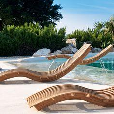 Nouveautés été : 45 chaises longues, transats et bains de soleil - Chaise longue Swing - Unopiu Structure en teck Equipée d'un coussin têtière déhoussable et peut également être équipée d'un support en acier Prix : 1120 ? (250 ? le support) - Pour vous prélasser au jardin cet été, découvrez notre sélection de 45 chaises longues, transats et bains de soleil.