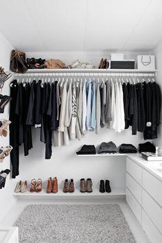 FULL KONTROLL: Nina har bestilt hyllene fra Carlsen Fritzøe. På hyllen nederst har skoene hennes fått plass, og på hyllen oppe står veskene samlet. På en hylle i midten ligger buksene. Teppet er fra Ikea, det samme er garderobestangen.
