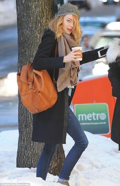 Emma Stone layers up in coat and scarf for New York snow Emma Stone Style, New York Snow, Actress Emma Stone, Backpack Outfit, Brown Leather Backpack, Leather Backpacks, Leather Bags, Look Girl, Looks Street Style