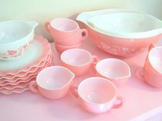 Isn't this pink Pyrex beautiful.  Love the ruffled plates, too!  {My mom has 2 of these cute plates!}