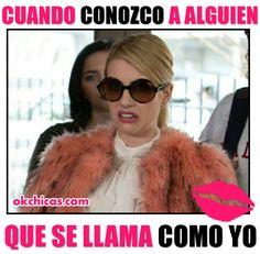mujer rubia con lentes y abrigo rosa