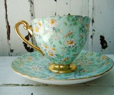 ٠•●●♥♥❤ஜ۩۞۩ஜஜ۩۞۩ஜ❤♥♥●   White daisies, gold trim teacup - lovely  ٠•●●♥♥❤ஜ۩۞۩ஜஜ۩۞۩ஜ❤♥♥●