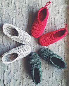 Diy Crafts - Knitted fabric yarn slippers in garter stitch by maniahdma Loom Knitting Patterns, Knitting Designs, Knitting Projects, Knitted Slippers, Crochet Slippers, Crochet Chain, Knit Crochet, Fabric Yarn, Knitted Fabric