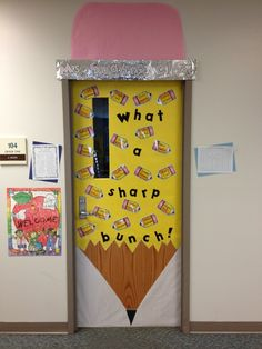new door decoration for 1st day of | http://classroomdecorideas.blogspot.com