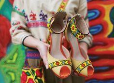 Un par de joyas del arte #Huichol en manos de su creadora Dijana Sabljak