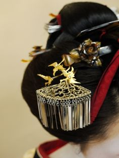 Japanese hair accessory for kimono, Kanzashi worn by Maiko Geisha Japanese Geisha, Japanese Beauty, Asian Hair Ornaments, Japanese Jewelry, Geisha Art, Japanese Hairstyle, Kanzashi, Dream Hair, Traditional Dresses