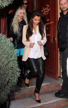 la Chica lleva los jeans negros, una camisa blanca, y una chaqueta rosada.