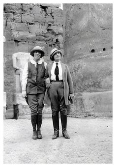 Menswear inspired fashions worn on a trip to Egypt, (by Striderv) I want to say that these are both knicker suits, but the pants on the left look like they might be jodhpurs. 20s Mode, 20th Century Women, Steampunk, Vintage Outfits, Vintage Fashion, Fashion 1920s, 1920s Outfits, Mode Chanel, Camping Outfits