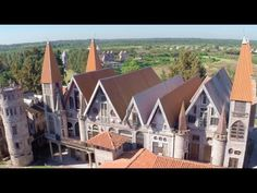 Extraña y atrapante, la aldea Campanopolis está formada por un grupo de construcciones que responde a estilos diversos del medioevo europeo unidos para produ...