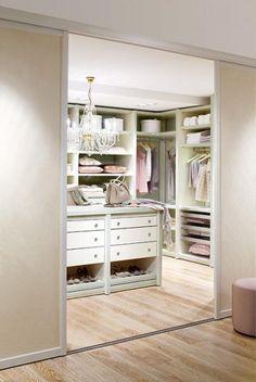 Behandeln Sie das Innenleben Ihres begehbaren Kleiderschranks wie Ihr Wohnzimmer. Um Ihren Schrank innerlich aufzuwerten, können Sie die sichtbare Innenwand mit Ihrer Lieblingstapete bekleben. So wird das Öffnen und Begehen der Kleiderkammer zum ästhetischen Erlebnis. Das schaffen auch Windlichter, Duftkerzen oder andere Deko-Objekte. Damit der Schrank ganz ihren Wünschen entspricht, sollten Sie das Ausmessen und Planen dem Fachmann überlassen.