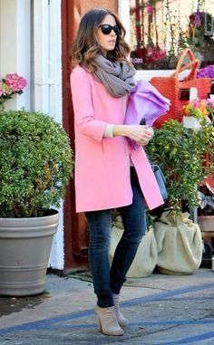 Acheter la tenue sur Lookastic:  https://lookastic.fr/mode-femme/tenues/manteau-pull-a-col-rond-jean-skinny-bottines-sac-bandouliere-echarpe-lunettes-de-soleil/4358  — Bottines en daim grises  — Jean skinny bleu marine  — Écharpe grise  — Lunettes de soleil noires  — Pull à col rond blanc  — Manteau rose  — Sac bandoulière en cuir bleu clair