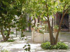 Preciosa casa palacio en la ciudad de Écija. Esta es una gran casa, muy antigua, con patios, jardines y rincones encantadores propios para perderse a leer novelas medievales...