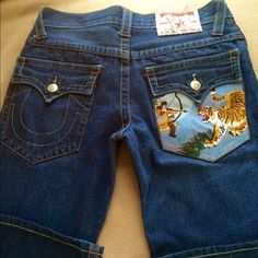 BIG SALE!! TRUE RELIGION JEANS!! SZ.32/34!! GREAT CONDITION BEAUTIFUL DESIGNS!! TRENDY JEANS AND SUPER NICE!! INSEAM 34!! PRICE FIRM!!! True Religion Jeans Boot Cut