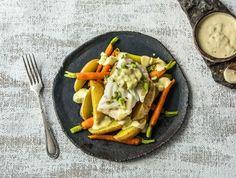 Kabeljauw met aardappel, bosui, worteltjes en yoghurtsaus