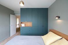Pour apporter de la couleur dans la chambre, vous pouvez peindre les rangements http://amzn.to/2srrzYr