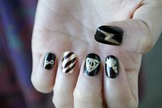 Sencillo y Negro Metálico Nails   12 Incredibly Intricate Harry Potter-Inspired Manicures
