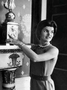 First lady Jacqueline Kennedy shows off a James Monroe-era candelabrum in the White House in Fluent in French, she was renowned for her charm and graciousness as a hostess. Jacqueline Kennedy Onassis, John Kennedy, Jaqueline Kennedy, White House Interior, White House Tour, James Monroe, Southern Fashion, John Fitzgerald, Do It Yourself Home