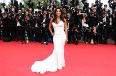 Pin for Later: On ne se lasse pas de ces sublimes photos du festival de Cannes !  Eva Longoria, très glamour devant les caméras.
