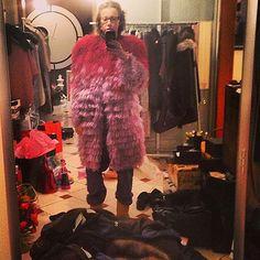Меховые аксессуары любимы модницами со всего мира за их красоту и удобство. Однако для русских знаменитостей, например для Ксении Собчак, мех является неотъемлемой частью гардероба из-за погодных условий. Укутавшись в меха, гораздо легче переживать холода. Какая шуба нравится Вам больше? #artstoria #fashion #look #stars #popular #style #top #people #like #follow #instagood #имидж #стиль #мода #шубы #звёзды #знаменитости #собчак #инста #шуба #мех
