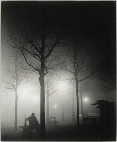 Foggy street with silhouettes - Avenue de l'Observatoire dans le brouillard  Brassaï (dit), Halasz Gyula (1899-1984)
